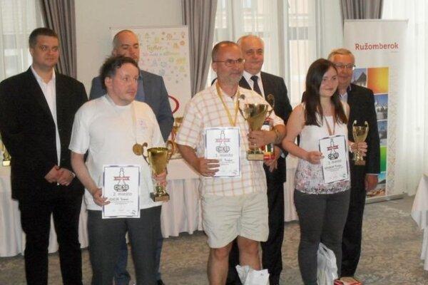 Prví traja na turnaji Montana FIDE Open Ružomberok – zľava druhý Roman Hrnčiar (Dolný Kubín), víťaz Chorvát Bogdan Božinovič, tretia Monika Motyčáková (LŠŠ).