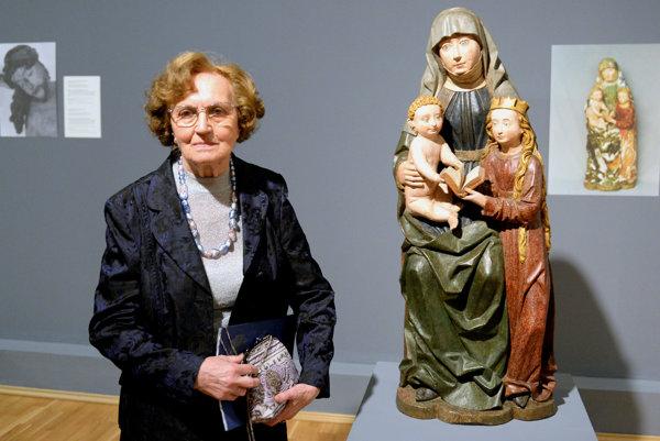 Mária Spoločníková pózuje pri zreštaurovanej plastike od neznámeho rezbára sv. Anna Samotretia z konca 15. storočia.