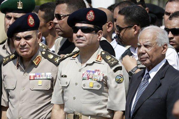 Hlavný veliteľ armády Abdal Fattáh Chalíl Sísí (v strede) zatiaľ nepovedal, či sa na voľbách zúčastní.