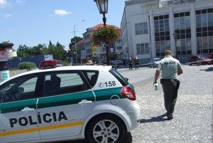 Policajti hľadajú bombu.