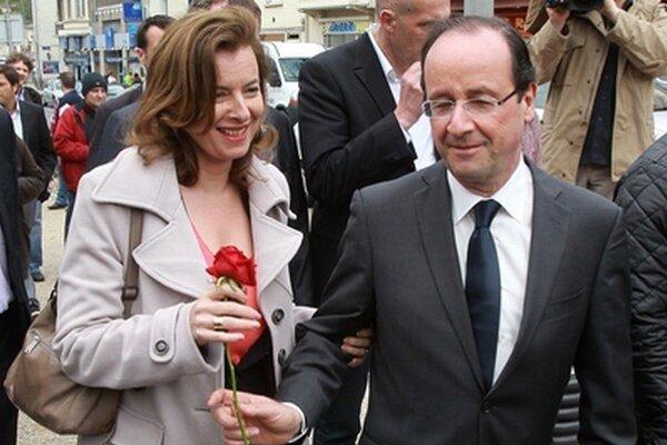 Francois Hollande na archívnej fotografii s Valérie Trierweilerovou.