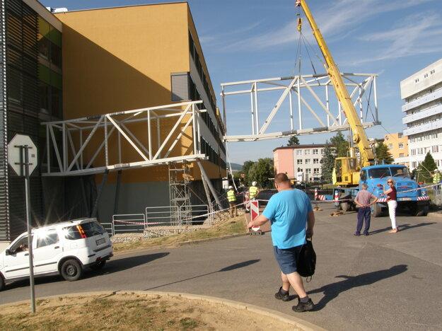 Prvé dve časti konštrukcie spojili pred týždňom vo štvrtok.