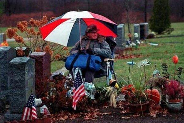 Takto sedával na cintoríne Rocky Abalsamo celé dni.