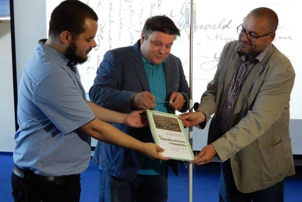 Na snímke autori Anton a Antonín Hruboňovci a krstný otec Peter Rendek počas krstu knihy.