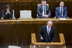 Nové kreslá v parlamente.