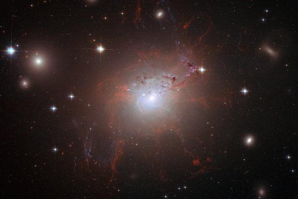 Mračná v súhvezdí Perzeus odfotené Hubblovým teleskopom.