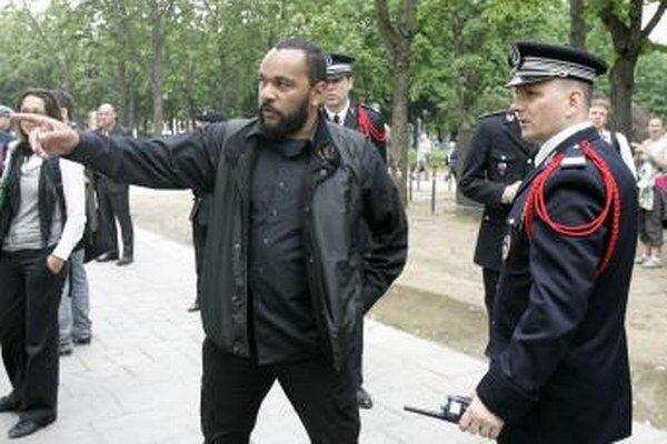 Kontraverzný francúzsky komik prichádza na ministerstvo vnútra v Paríži.