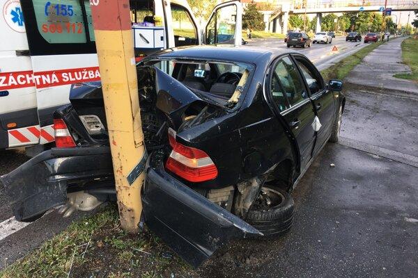BMW skončilo v protismere a zadkom v stĺpe
