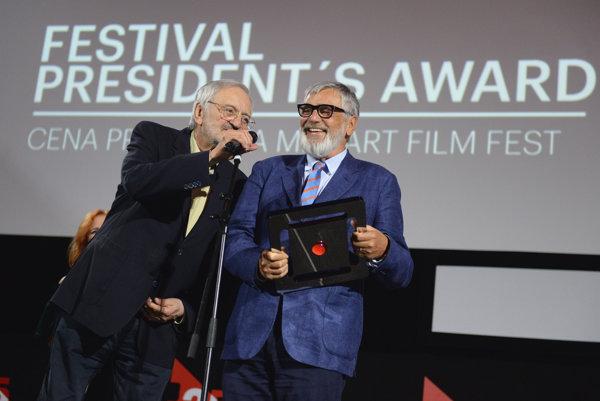 Na snímke cenu prezidenta Art Film Festu Košice Milana Lasicu (vľavo) získal prezident festivalu Karlove Vary a český herec Jiří Bartoška (vpravo).