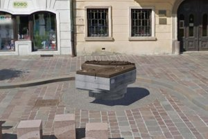 Bronzový odliatok. Osadia ho v centre mesta.