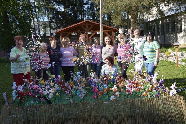 Členky klubu a ich záhrada orchideí.