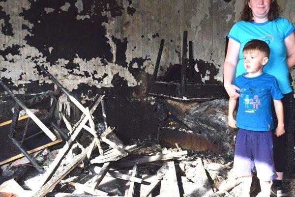 Janka a Lukáško vo svojom zhorenom dome.