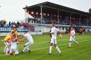 Futbal v Seredi sa nebude spájať so žiadnym klubom. Snímka je z jesenného pohárového zápasu s FC ViOn.