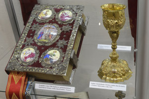 Na snímke liturgické predmety, ktoré zapožičal Arcibiskupský úrad gr. kat. cirkvi v Prešove. Vľavo je evanjeliár z roku 1780, ktorý sa používa v gréckokatolíckom katedrálnom Chráme svätého Jána Krstiteľa v Prešove, vpravo je kalich z roku 1915.