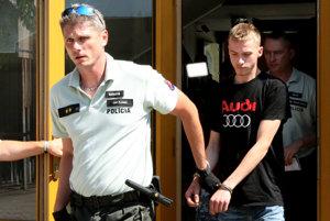 Vodiča z auta, v ktorom policajt postrelil tínedžera Tomáša, dnes predviedli pred sudcu. Ten rozhodol o jeho väzbe.