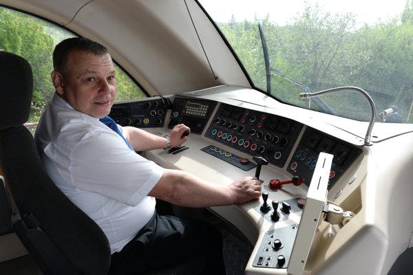 Strojvodca vo vlaku. Po odchode pracovníkov do dôchodku musia železnice uvažovať, ako zaujať mladých.