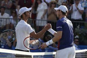 Andy Murray (vpravo) gratuluje k postupu Jordanovi Thompsonovi.