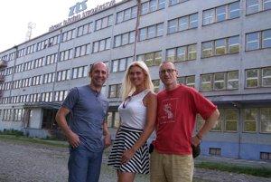 Spolu s českým novinárom sme si zapózovali pred administratívnou budovou ZŤS-ky.