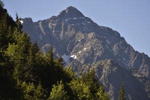 Ranné Tatry zo Zadných Meďodolov, vľavo je Snehový štít, druhý zľava je Zadný Ľadový štít a najvyšší je Ľadový štít.