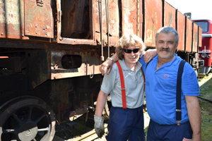 Marek Onuško (vľavo) a Alexander Kanišak. Na obnovu mašiny sa tešia.