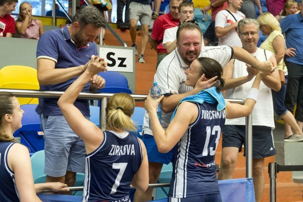 Radosť po zápase sUkrajinou. A. Jurčenková (vpravo) vobjatí sD. Jendrichovským po postupe do štvrťfinále.