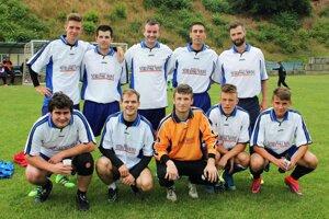 Za víťazný kolektív si zahral aj Tomáš Chrenko (stojí vpravo), manažér hokejistov HK Nitra.