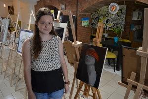Veronika Kollárová so svojim obrazom Slepá spravodlivosť.