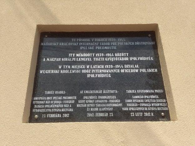Počas II. svetovej vojny tam bol maďarský kráľovský internačný tábor pre poľských dôstojníkov, o čom svedčí pamätná tabuľa na priečelí.