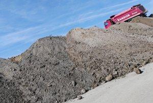 Firma získala povolenie pre zberný dvor, tony odpadu sem však vozia kamióny zo širokého okolia.
