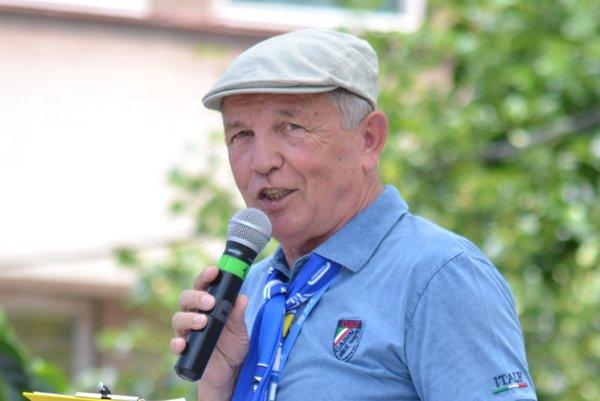 Štefan Czető smikrofónom vruke.