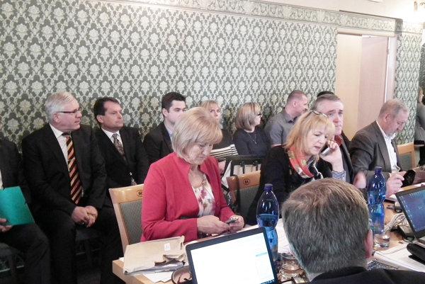 Ôsmi záujemcovia (v pozadí) o funkciu hlavného kontrolóra musia teraz čakať na obnovenie voľby.