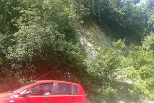 Autá ohrozujú padajúce úlomky skál aj stromy