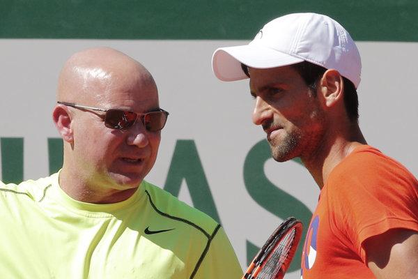 Srbský tenista Novak Djokovič (vpravo) počas tréningu s novým trénerom Andrém Agassim pred tenisovým turnajom French Open.