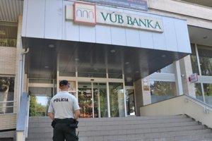 Policajt hliadkuje pred dolnokubínskou pobočkou VUB banky.
