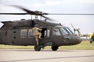 Na snímke jeden z prvých dvoch viacúčelových vojenských vrtuľníkov UH-60M Black Hawk.