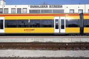 Regionálny vlak RegioJetu v zastávke Dunajská Streda.