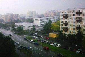 Meteorológovia dvíhajú varovný prst. Pre okres Nové Zámky a Komárno vydali výstrahu pred búrkami. (ilustračná snímka)