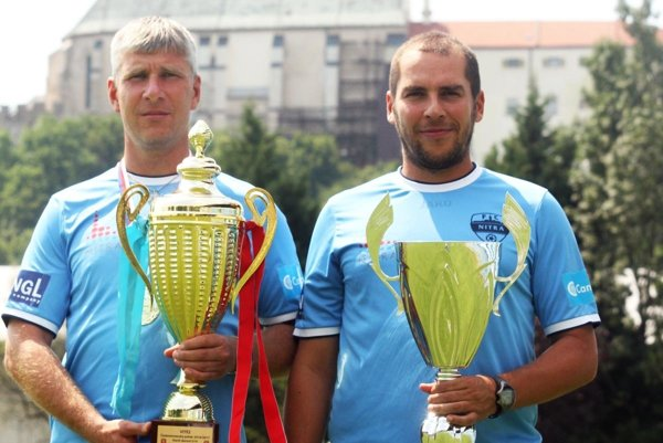 Tréner Michal Kuruc (vpravo) a jeho asistent Martin Babinec s pohármi za triumf v I. lige U19 a Čsl. pohári. Od novej sezóny sa hlavným trénerom dorastu stane práve Babinec.