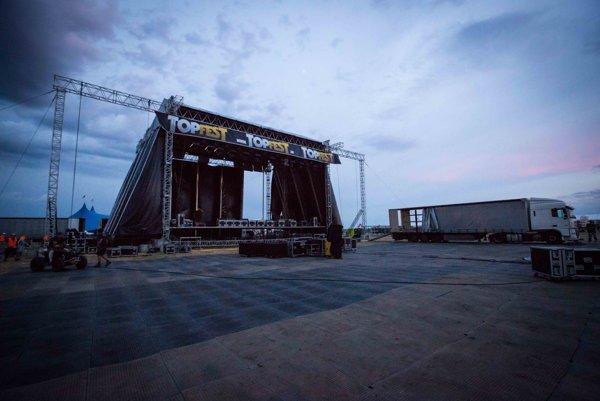 Rozkladanie hlavného pódia na festivale Topfest.
