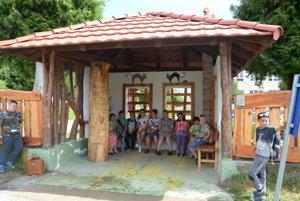 Zastávka pri základnej škole vSlavošovciach. Iniciatívu domácich uvítali najmä deti.