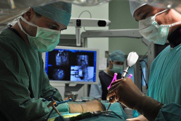 Neurochirurgická klinika sa nachádza v chirurgickom pavilóne Ústrednej Vojenskej Nemocnice v Ružomberku.