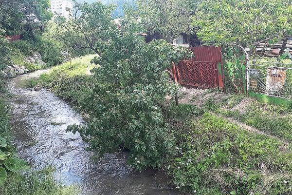 Malý potok dokáže pri povodniach narobiť poriadne problémy.