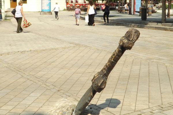 Takto vyzeral meč po náraze smetiarskeho auta.