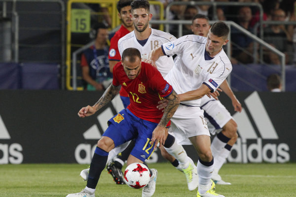 Sandro Ramírez (v červenom drese).