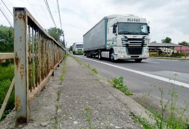 Dedinou sa denne rútia stovky kamiónov.