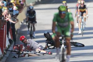 Zľava Nemec John Degenkolb a Brit Mark Cavedish po páde v záverečnom špurte štvrtej etapy cyklistických pretekov Tour de France.