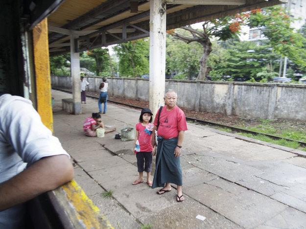 Cestujúci čakaj ú na svoj spoj