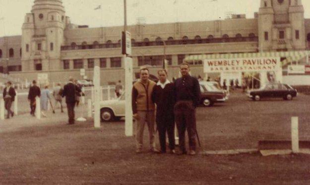 Pred štadiónom vo Wembley vroku 1966.