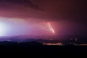 Búrka nad Kremnickými vrchmi a Banskou Bystricou.