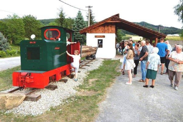 Na otvorenie expozície prišlo mnoho ľudí.